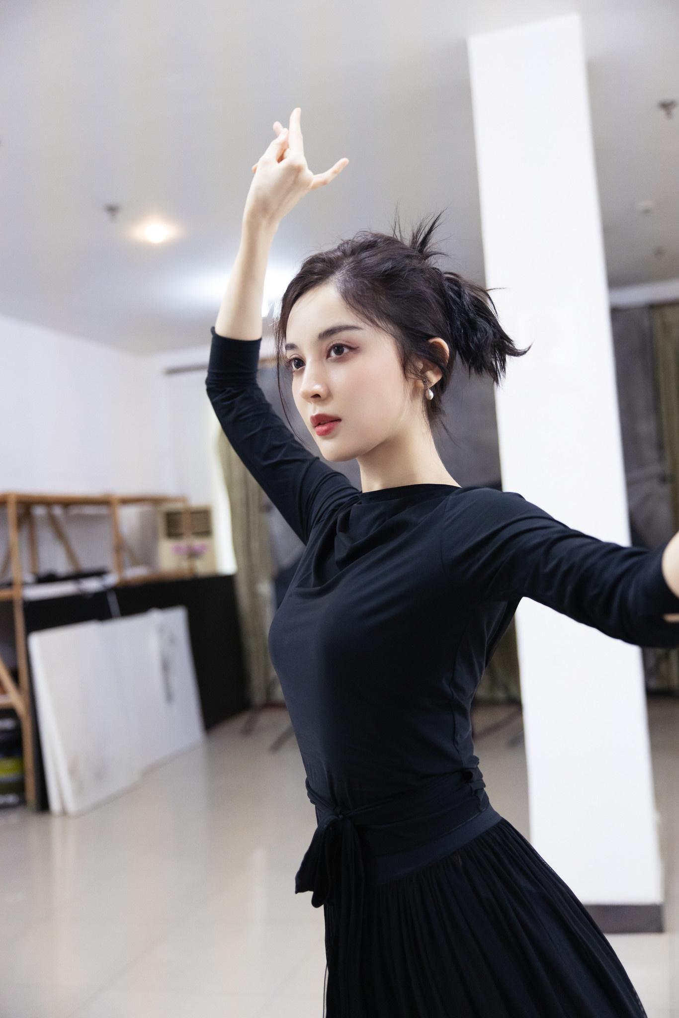 云博开户:《大唐明月》曝古力娜扎练舞照 舞姿曼妙纱裙迷人 第1张