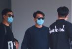5月21日,郑恺官宣和女演员苗苗结婚喜讯,在结束新一季《奔跑吧》录制后现身机场。郑恺一身深色运动服,戴着墨镜、口罩走路姿势气势足,身材微微发福。