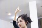古力娜扎、许魏洲主演的电视剧《大唐明月》已于5月18日正式开机。近日,一组娜扎为角色练习舞蹈的照片曝光。娜扎身着黑色T恤搭配黑色纱裙,梳起高马尾,动作专业,干练又迷人。