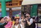 近日,有网友在贵州等地偶遇剧组拍戏,在场的演员包括刘昊然、王宝强等。大家猜测该剧组可能正在拍摄国庆档电影《我和我的家乡》。