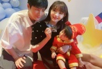 """5月20日,姜潮通过微博晒出为儿子庆生的照片,并配文写道:""""借儿子生日和老婆过个节。儿子的抓阄我是没有看懂的,千万不能像他爸一样成为万人迷。健康快乐长大吧,你好好长大,我继续年轻""""。"""