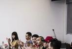 5月20日,网曝两张《冰雨火》剧本围读照,王一博王劲松郭晓婷等主演现身。王一博身穿白色t恤,素颜清爽干净,手撑下巴听别人讲话,围读氛围融洽。