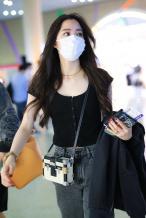 这破洞裤有个性!欧阳娜娜现身机场 甜酷少女风