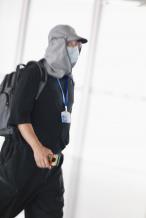笑果十足!徐峥养蜂人造型现身机场 肚子圆滚滚