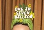 """5月22日,""""水果姐""""凱蒂·佩里通過個人社交賬號曬出一組照片。她身穿綠色碎花一字肩上衣,戴著印有新歌《Daisies(雛菊)》海報的口罩,真是自我保護和宣傳作品兩不誤。"""