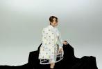 """5月22日,李宇春成为《DAZED China》新期封面人物大片发布。黑色风衣加上偏分刘海,""""一刀切""""的刘海造型,个性十足。 """"局外人""""分身叠影的视觉效果,风格酷帅有型,眼神冷冽有态度,镜头感和表现力十足。"""