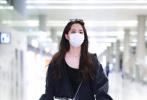 5月21日,上海,欧阳娜娜现身机场。当天,娜娜身穿短款黑色针织衫外搭卫衣外套,下身穿灰黑色破洞牛仔裤,斜挎白色包包,墨镜口罩遮面。