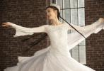 5月22日,佟丽娅工作室在微博上分享了一组佟丽娅跳舞的照片。照片中,佟丽娅一头民族特色长辫造型,身穿白色长裙,裙摆点缀着银色亮片,翩翩起舞,身姿婀娜仙气飘飘,太美了。  