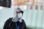 5月21日,徐崢獨自一人現身北京機場被拍。當天,他身穿黑色短袖搭配黑色短褲,露出來的小腿看起來十分纖細,和圓滾滾的肚子十分不相稱。