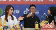 林永健体验黄酒的花式喝法 加冰糖雪梨、酸梅汤各有滋味