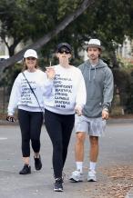 """""""星爵""""孕妻凯瑟琳陪家人出街 和妈妈穿母女装"""