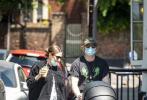 """当地时间5月21日,在《哈利·波特》系列电影中饰演""""罗恩·韦斯莱""""的英国演员鲁伯特·格林特和妻子乔治娅·格洛梅带着刚出生不久的女儿现身伦敦街头。"""