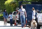 """当地时间5月23日,""""蝙蝠侠""""本·阿弗莱克带着女友安娜·德·阿玛斯,与他和前妻詹妮弗·加纳的孩子们共度时光。"""