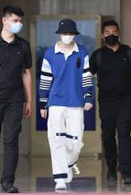 王俊凯穿应援色上衣返京 头戴渔夫帽造型清爽帅气