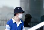5月26日,北京,王俊凱現身機場。當天,他身穿應援藍色POLO上衣搭白色工裝長褲,頭戴黑色漁夫帽,造型簡約清爽,不失時尚帥氣。