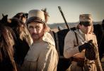 由西罗·格拉(《蛇之拥抱》)执导,马克·里朗斯、约翰尼·德普、罗伯特·帕丁森主演的影片《等待野蛮人》发布一组新剧照。