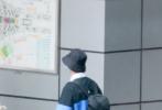 5月25日,北京,李现现身机场,这是他剪了寸头登上热搜后首次现身。当天,李现深色条纹POLO衫搭黑色短裤,头戴渔夫帽,口罩遮面,身上还背着双肩背,简直不要太惹眼,自提吉他独自赶路文艺范十足。