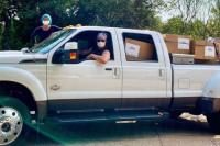马修·麦康纳夫妇自驾卡车为偏远医院送11万只口罩