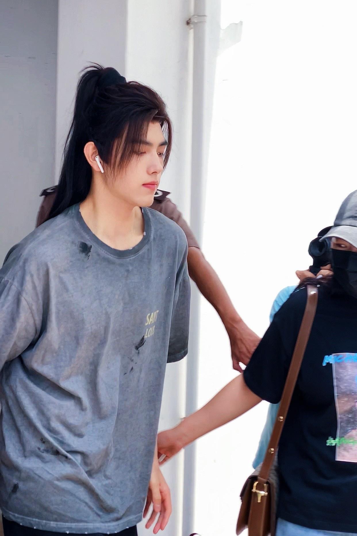 欧博app:陈飞宇《皓衣行》上班路透 古装发型配T恤有内味 第1张