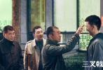 """由馬珂擔任制片人,劉海波執導,沈嶸、呂錚擔任編劇的精品公安劇《三叉戟》今日發布定檔預告和海報,并定于2020年5月31日登陸江蘇衛視和浙江衛視,愛奇藝、優酷視頻、騰訊視頻同步網絡播出。《三叉戟》由實力派演員陳建斌、董勇、郝平領銜主演,何杜娟、徐紹瑛、胡可、王驍、巫剛、翟小興、丁勇岱主演,陶紅、趙子琪、侯巖松特別出演。該劇講述了昔日的英雄組合""""三叉戟""""退居二線之際因一起販毒案件重聚,齊心合力找出幕后黑手并破獲一系列案件的故事。"""