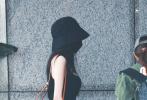 5月27日,一组杨幂的机场路透照引发热议。大幂幂身穿黑色背心搭同色条纹阔腿长裤,头戴渔夫帽,口罩遮面,手中拿着卡通印花衬衫,白皙的皮肤和凹凸有致的身材令人生羡。