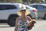 """当地时间5月24日,美国加州,""""水果姐""""凯蒂·佩里和未婚夫""""开花""""奥兰多·布鲁姆还有家人现身圣芭芭拉的海滩度假。"""