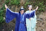 5月27日,有網友曝光一則李易峰拍攝新劇《鏡雙城》的路透。視頻中,李易峰身穿藍紫色古裝長袍,黑色長發披肩,頭頂束著發髻,造型清爽。敬業的峰峰休息期間也不忘練習動作超認真。