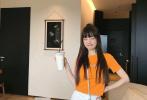 """5月27日,李小璐分享了一组全新写真,为自己的网店""""上新带货""""。照片中,李小璐染了新的发色,右边头发还挑染了一缕紫色,个性又时尚。"""