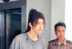 5月27日,浙江横店,陈飞宇《皓衣行》上班路透曝光。当天,他身穿宽松的灰色T恤搭黑色长裤,已经扮上剧中古风发型,带妆的他并没有戴口罩,在工作人员的陪同下离开酒店前往片场。