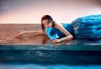 5月27日,宋祖儿登封《瑞丽服饰美容》6月刊封面大片释出。湿发造型、蓝色长裙、水晶耳环,珍珠妆,魅惑蓝色眼尾,宋祖儿宛如童话中的小美人鱼,甜美动人。置身在海蓝色置景中,仿佛潜入了绮丽的海底梦境之中。
