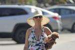 水果姐挺孕肚和家人海滩度假 抱狗姿势似拎手包