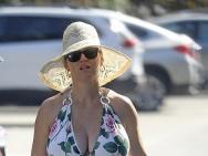 水果姐挺孕肚和家人海灘度假 抱狗姿勢似拎手包
