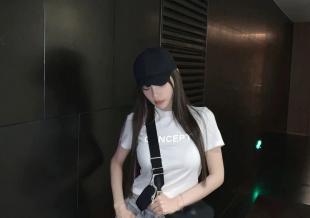 37岁李小璐扮少女性感又甜美 扎丸子头秀小蛮腰