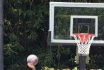 当地时间5月27日,美国洛杉矶,贾斯汀·比伯现身街头。比伯身穿黑色T恤和短裤,头戴卡其色毛线帽,一手拿着篮球,一手拿着手机,上网冲浪、打球两不误,单手投篮更是利落帅气。