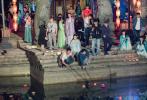 """5月28日,横店影视城官微晒出一组《诛仙青云志》当年的拍摄花絮照。李易峰、秦俊杰一青一紫的古风穿搭,身上背着包袱,头戴主编安全帽,坐在巨形""""飞行棋""""上,表情搞怪可爱。"""