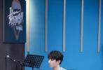 5月28日,王俊凯工作室发布了一组《我们的乐队》录制花絮照。照片中,王俊凯身穿复古人像雕塑印花衬衫搭配蓝色工装长裤,鲜明色彩碰撞出更多活力。