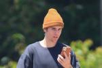 比伯打篮球不忘玩手机 回洛杉矶后开始减肥计划