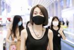 5月31日,广州,《青春有你2》训练生乃万现身机场。当天,乃万身穿黑色露脐背心搭阔腿牛仔裤,大秀小蛮腰,性感火辣。一路被粉丝包围的小姐姐,不仅亲切的为粉丝签名,还暖心的送粉丝娃娃和零食。