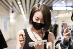 5月31日,廣州,《青春有你2》訓練生乃萬現身機場。當天,乃萬身穿黑色露臍背心搭闊腿牛仔褲,大秀小蠻腰,性感火辣。一路被粉絲包圍的小姐姐,不僅親切的為粉絲簽名,還暖心的送粉絲娃娃和零食。