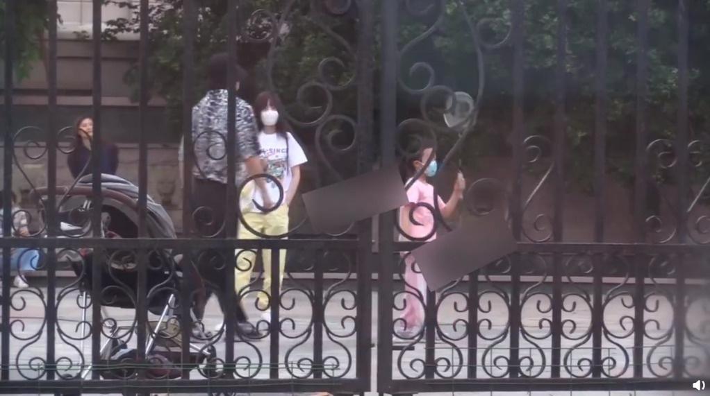 ug环球电脑版下载:贾乃亮李小璐陪甜馨玩耍 离婚后一家三口首同框