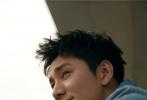 6月2日,演员陈坤牛仔LOOK亮相某活动直播间,复古蓝牛仔猎装夹克搭配条纹牛仔裤,恣意洒脱不失复古时髦,利落短发率性清爽状态佳。