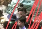 6月2日,有网友曝光一组《冰雨火》片场,王一博的最新路透照。照片中,王一博穿着制服、防弹背心,清爽的发型,身形挺拔的站在人群中,下一秒吐舌卖萌严肃形象秒破功。