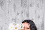 6月3日晚,木村光希在微博晒出一组由姐姐木村心美拍摄的美照。照片中,木村光希身穿亚麻色连衣裙,一头长卷发柔美慵懒,充满森系少女感。她手捧一束白色菊花,时而遮挡住半边脸,时而露出精致侧颜,对镜头露出甜美笑容,元气十足。