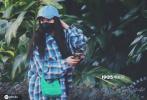 6月3日,杨幂现身广州机场。当天,大幂幂身穿蓝色格纹男友风衬衫,玩下衣失踪;头戴牛仔棒球帽,挎着绿色手包,打扮清新,机场外接受工作人员测体温超级乖。