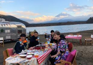 谢霆锋周杰伦跑车前扮酷合照 富士山脚下野营聚餐