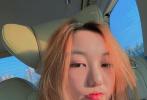 6月4日,李嫣通過個人社交賬號分享了一組美照。照片中,李嫣坐在車中自拍,一頭橘發妝容精致,酷酷地盯著鏡頭,時髦有范兒。