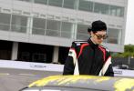6月5日,吴亦凡工作室分享了一组酷帅十足的照片,并宣布凡先生解锁赛车手新身份,正式成为保时捷赛车队的车手。