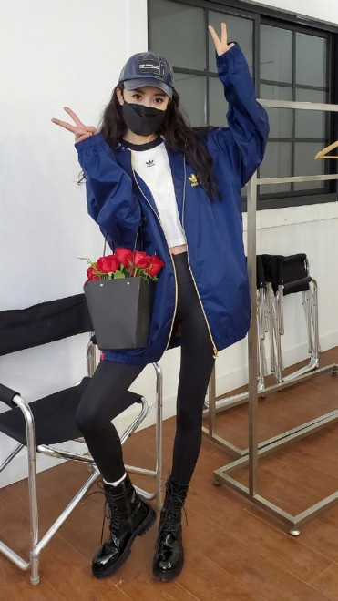 楊冪收工拎玫瑰花袋拍照 穿馬丁靴招牌長腿惹眼