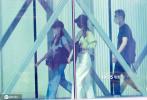 6月7日,北京,赵丽颖、冯绍峰夫妇现身机场。当天,赵丽颖身穿白色露肩露脐装,长发披肩,头戴黑色渔夫帽,大秀小蛮腰;冯绍峰一身黑色休闲装,背着书包紧随在老婆身边,充当护花使者,两人穿搭一黑一白超般配。