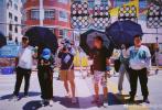 """6月6日,許光漢通過微博分享了拍攝新片《你的婚禮》的片場花絮照,稱這會是自己的""""成長禮""""。照片中,許光漢素顏出鏡懟臉自拍;工作人員在艷陽下拍攝,必要時還需打傘遮陽。許光漢還分享了劇組收工后,和工作人員一起在路邊攤的照片。"""